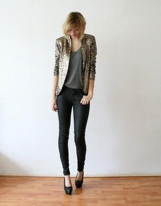 Cómo combinar: blazer de lentejuelas dorado, camiseta sin manga en gris oscuro, vaqueros pitillo negros, zapatos de tacón de cuero negros