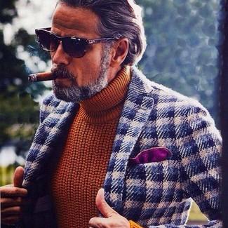 Cómo combinar: blazer de lana de cuadro vichy en azul marino y blanco, jersey de cuello alto de punto en tabaco, pañuelo de bolsillo morado, gafas de sol en marrón oscuro