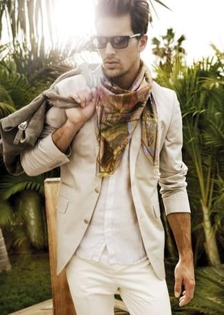 Cómo combinar: blazer en beige, camisa de manga corta blanca, pantalón chino en beige, bufanda estampada marrón