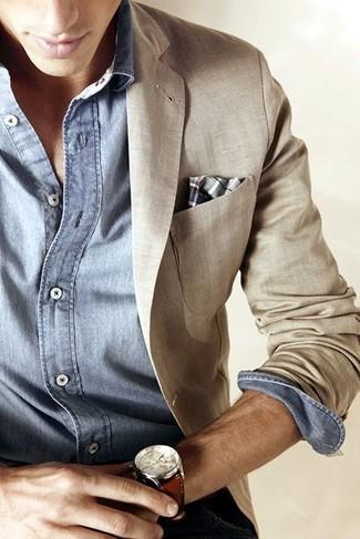 Look de moda: Blazer de lino en beige, Camisa de manga larga de cambray celeste, Pañuelo de bolsillo de tartán gris, Reloj de cuero marrón