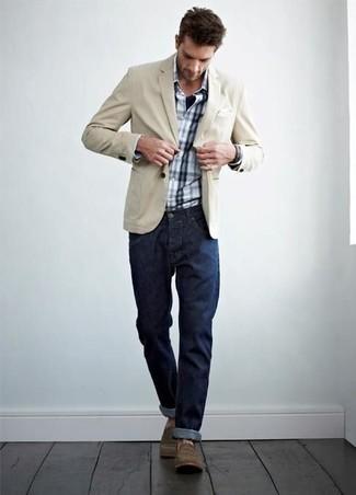 Cómo combinar: blazer de algodón en beige, camisa de manga larga de tartán en blanco y azul marino, vaqueros azul marino, botas casual marrónes