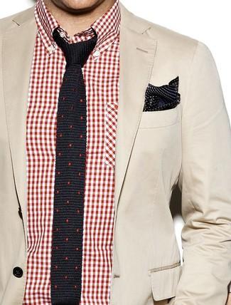 Cómo combinar: blazer de algodón en beige, camisa de manga larga de cuadro vichy en rojo y blanco, corbata de seda a lunares negra, pañuelo de bolsillo de seda a lunares en negro y blanco