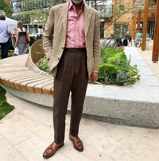 Cómo combinar: blazer de tartán en beige, camisa de manga larga de rayas verticales rosada, pantalón de vestir en marrón oscuro, mocasín con borlas de cuero marrón