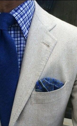 Cómo combinar: blazer de lana en beige, camisa de vestir de tartán azul, corbata de punto azul, pañuelo de bolsillo estampado azul