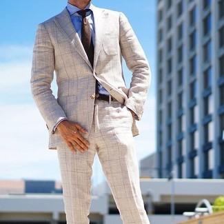 Cómo combinar: blazer a cuadros en beige, camisa de vestir azul, pantalón de vestir a cuadros en beige, corbata de lana en marrón oscuro