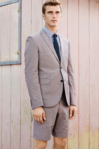 Cómo combinar: blazer en beige, camisa de vestir celeste, pantalones cortos en beige, corbata de punto azul marino