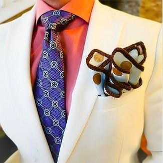 Cómo combinar: blazer en beige, camisa de vestir naranja, corbata estampada en violeta, pañuelo de bolsillo a lunares blanco