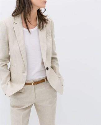 Cómo combinar: blazer de lino en beige, camiseta con cuello circular blanca, pantalón de vestir de lino en beige, correa de cuero marrón claro