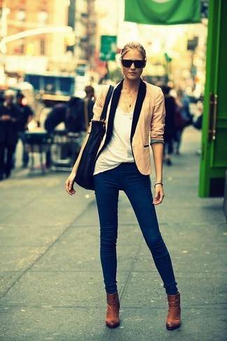 Un blazer beige y unos vaqueros azul marino son prendas que debes tener en tu armario. ¿Por qué no ponerse botines marrónes a la combinación para dar una sensación más clásica?