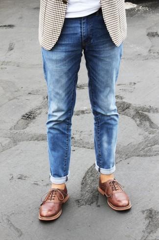 Cómo combinar: blazer de cuadro vichy en beige, camiseta con cuello circular blanca, vaqueros azules, zapatos oxford de cuero en tabaco