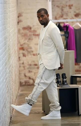 Cómo combinar: blazer en beige, camiseta con cuello circular en beige, pantalón de chándal en beige, zapatillas altas blancas