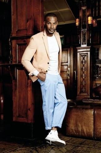 Cómo combinar: blazer en beige, camiseta de manga larga blanca, pantalón de vestir celeste, zapatillas altas de lona blancas
