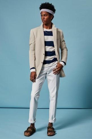 Cómo combinar un blazer en beige: Intenta combinar un blazer en beige junto a un pantalón chino blanco para las 8 horas. Si no quieres vestir totalmente formal, completa tu atuendo con sandalias de ante en marrón oscuro.