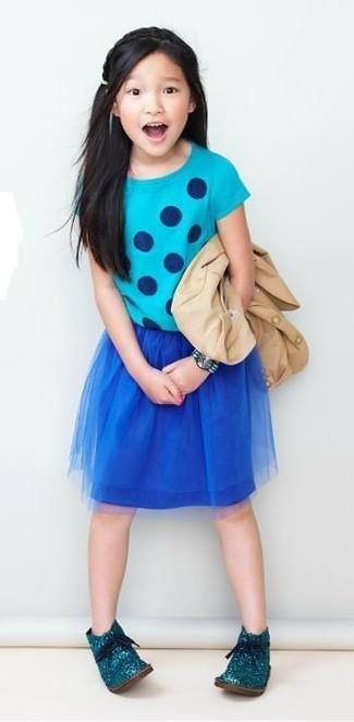 Cómo combinar: blazer en beige, camiseta a lunares en turquesa, falda de malla azul marino, botas safari en verde azulado