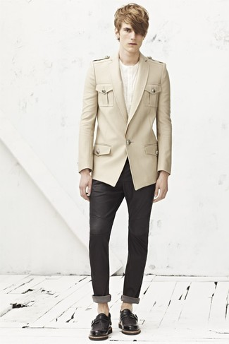 Cómo combinar: blazer de lana en beige, camiseta henley blanca, pantalón chino en gris oscuro, zapatos con doble hebilla de cuero negros