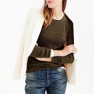 Cómo combinar: blazer de lana en beige, jersey con cuello circular verde oliva, camiseta de manga larga blanca, vaqueros boyfriend azul marino