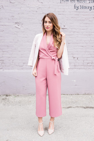 Cómo combinar: blazer en beige, mono rosado, zapatos de tacón de cuero en beige
