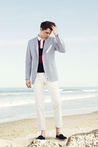 Cómo combinar: blazer de rayas verticales en blanco y azul, camisa polo de rayas horizontales en rojo y azul marino, pantalón chino en beige, alpargatas de lona azul marino