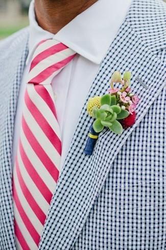 Cómo combinar: blazer de cuadro vichy en blanco y azul marino, camisa de vestir blanca, corbata de rayas verticales rosa, broche de solapa con print de flores verde
