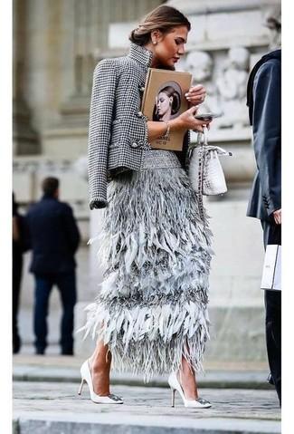 Cómo combinar: blazer de pata de gallo en blanco y negro, falda midi de plumas gris, zapatos de tacón de cuero con adornos blancos, bolso bandolera de cuero con print de serpiente plateado