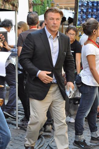 Cómo combinar: blazer en gris oscuro, camisa de manga larga celeste, pantalón chino en beige, mocasín de cuero en marrón oscuro