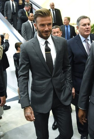 Look de David Beckham: Blazer en Gris Oscuro, Camisa de Vestir Blanca, Pantalón de Vestir Negro, Corbata Negra