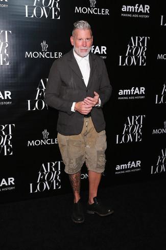 Look de Nick Wooster: Blazer de lino en gris oscuro, Camisa de vestir blanca, Pantalones cortos marrón claro, Zapatos oxford de cuero negros