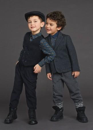Cómo combinar: blazer en gris oscuro, camisa polo estampada azul marino, pantalón de chándal en gris oscuro, botas negras