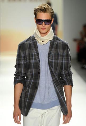 Cómo combinar: blazer de tartán en gris oscuro, camiseta con cuello circular celeste, pantalón chino blanco, bufanda en beige