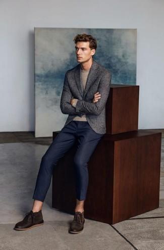 Cómo combinar unas botas: Casa un blazer en gris oscuro con un pantalón chino de rayas verticales azul marino para después del trabajo. Complementa tu atuendo con botas.