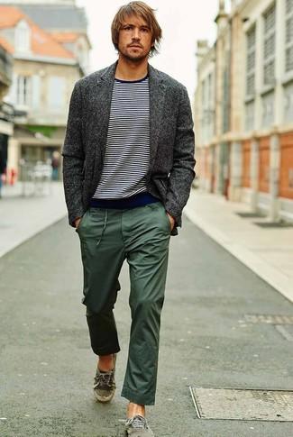 Cómo combinar un blazer de lana en gris oscuro: Considera emparejar un blazer de lana en gris oscuro con un pantalón chino verde oscuro para lograr un look de vestir pero no muy formal. Para darle un toque relax a tu outfit utiliza tenis de lona verdes.