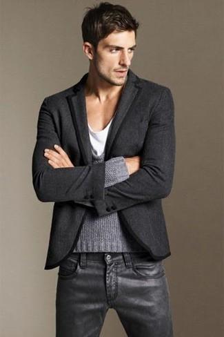 Cómo combinar: blazer de lana en gris oscuro, jersey con cuello circular gris, camiseta con cuello circular blanca, vaqueros de cuero negros
