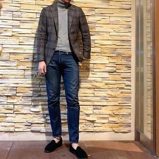 Cómo combinar: blazer de tartán en gris oscuro, jersey de cuello alto gris, vaqueros azul marino, mocasín de ante negro