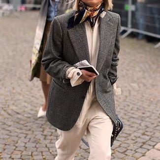 Cómo combinar: blazer de lana a cuadros en gris oscuro, mono en beige, bolso bandolera de cuero negro, bufanda de seda estampada negra