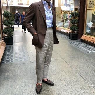 Cómo combinar: blazer en marrón oscuro, camisa de vestir celeste, pantalón de vestir gris, mocasín de ante en marrón oscuro