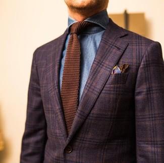 Cómo combinar: blazer de lana de tartán en marrón oscuro, camisa vaquera azul, corbata de punto marrón, pañuelo de bolsillo de seda estampado marrón