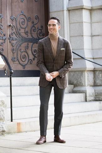 Cómo combinar: blazer de tartán en marrón oscuro, jersey de cuello alto marrón claro, pantalón de vestir de lana en gris oscuro, botines chelsea de cuero en marrón oscuro