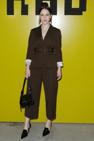 Cómo combinar: blazer en marrón oscuro, pantalones anchos en marrón oscuro, chinelas de cuero negras, cartera de cuero negra