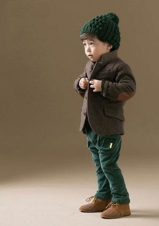 Cómo combinar: blazer en marrón oscuro, pantalones verde oscuro, botas safari de ante marrón claro, gorro verde oscuro
