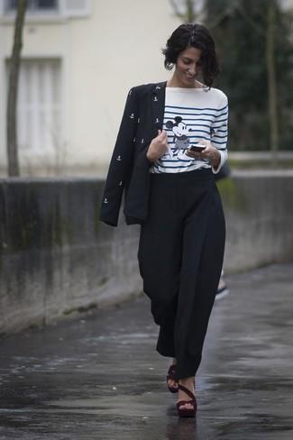 Cómo combinar: blazer estampado en negro y blanco, camiseta de manga larga de rayas horizontales en blanco y azul, pantalón de pinzas negro, sandalias de tacón de ante burdeos