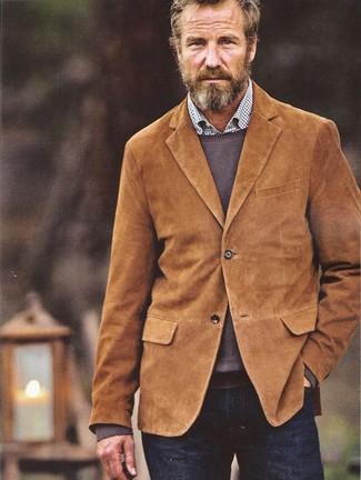 Cómo combinar: blazer de pana en tabaco, jersey con cuello circular marrón, camisa de manga larga a cuadros blanca, vaqueros azul marino