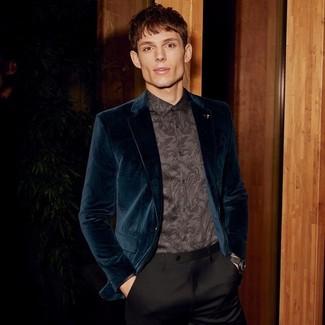 Cómo combinar: blazer de terciopelo en verde azulado, camisa de vestir de paisley negra, pantalón de vestir negro, reloj de cuero negro