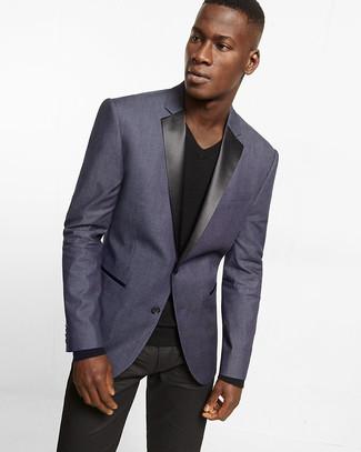 Cómo combinar: blazer en violeta, camiseta con cuello en v negra, vaqueros de cuero negros
