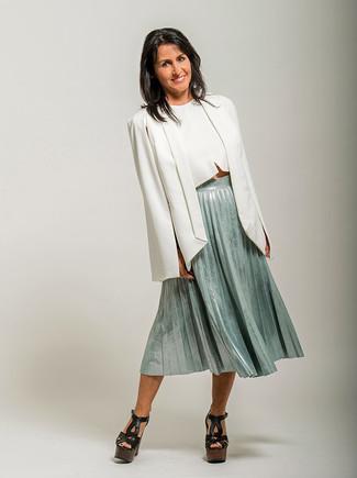 Cómo combinar: blazer estilo capa blanco, top corto blanco, falda midi plisada en verde menta, sandalias de tacón de cuero gruesas negras