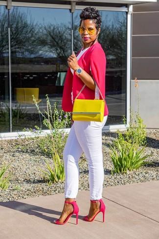 Cómo combinar: blazer estilo capa rosa, camiseta con cuello circular blanca, vaqueros blancos, sandalias de tacón de cuero rosa