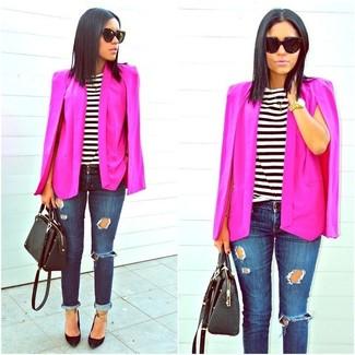 Cómo combinar: blazer estilo capa rosa, camiseta con cuello circular de rayas horizontales en blanco y negro, vaqueros pitillo desgastados azul marino, zapatos de tacón de cuero negros