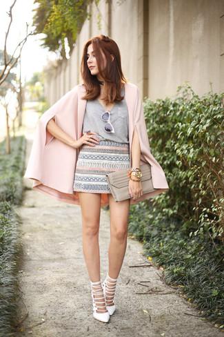 Cómo combinar: blazer estilo capa rosado, camiseta con cuello en v gris, minifalda con estampado geométrico gris, sandalias de tacón de cuero blancas