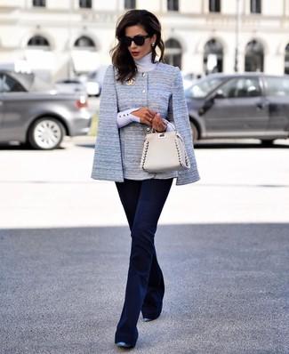 Cómo combinar una cartera de cuero marrón claro: Ponte un blazer estilo capa celeste y una cartera de cuero marrón claro transmitirán una vibra libre y relajada. Zapatos de tacón de cuero azules son una opción inmejorable para complementar tu atuendo.