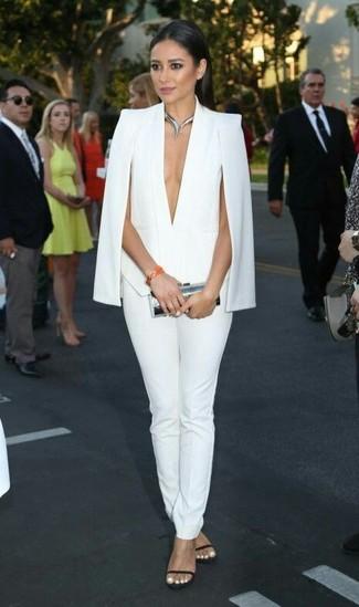 Cómo combinar: blazer estilo capa blanco, pantalones pitillo blancos, sandalias de tacón de cuero negras, cartera sobre plateada