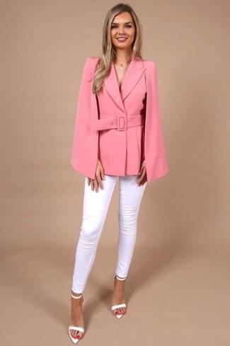 Cómo combinar: blazer estilo capa rosa, vaqueros pitillo blancos, sandalias de tacón de cuero blancas